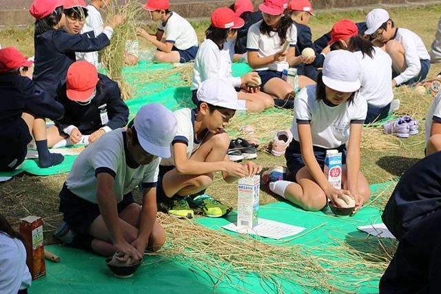 画像:活動する児童