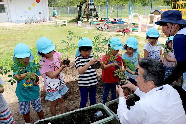 画像:苗を持つ児童
