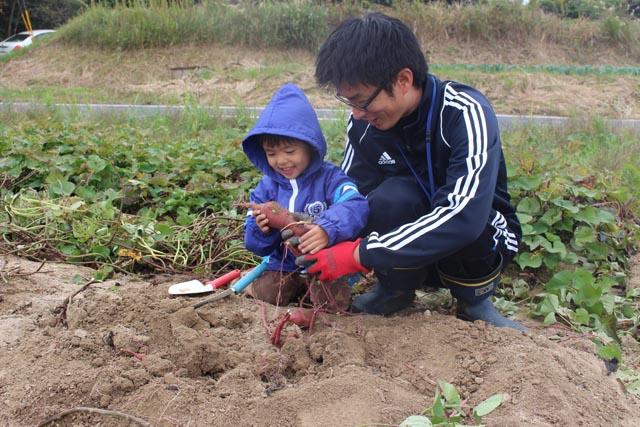 画像:土を掘る親子