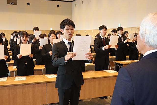 画像:三つの誓いを宣誓する兼石さんら新入職員