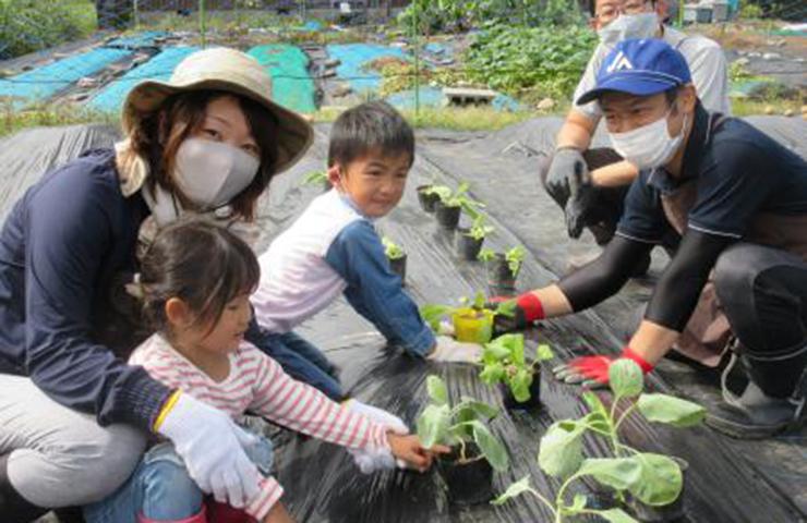 秋野菜の植え付けを楽しむ親子