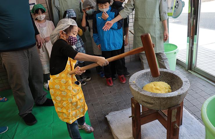 秋に自分たちが収穫したもち米でお餅つき